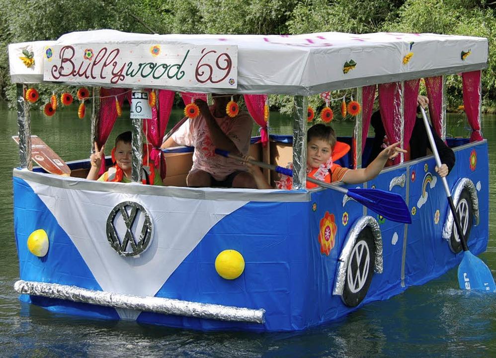 Mit dem Victory-Zeichen startete  Fami...ersten Preis bei den  Fantasy-Booten.     Foto: hans-jochen voigt