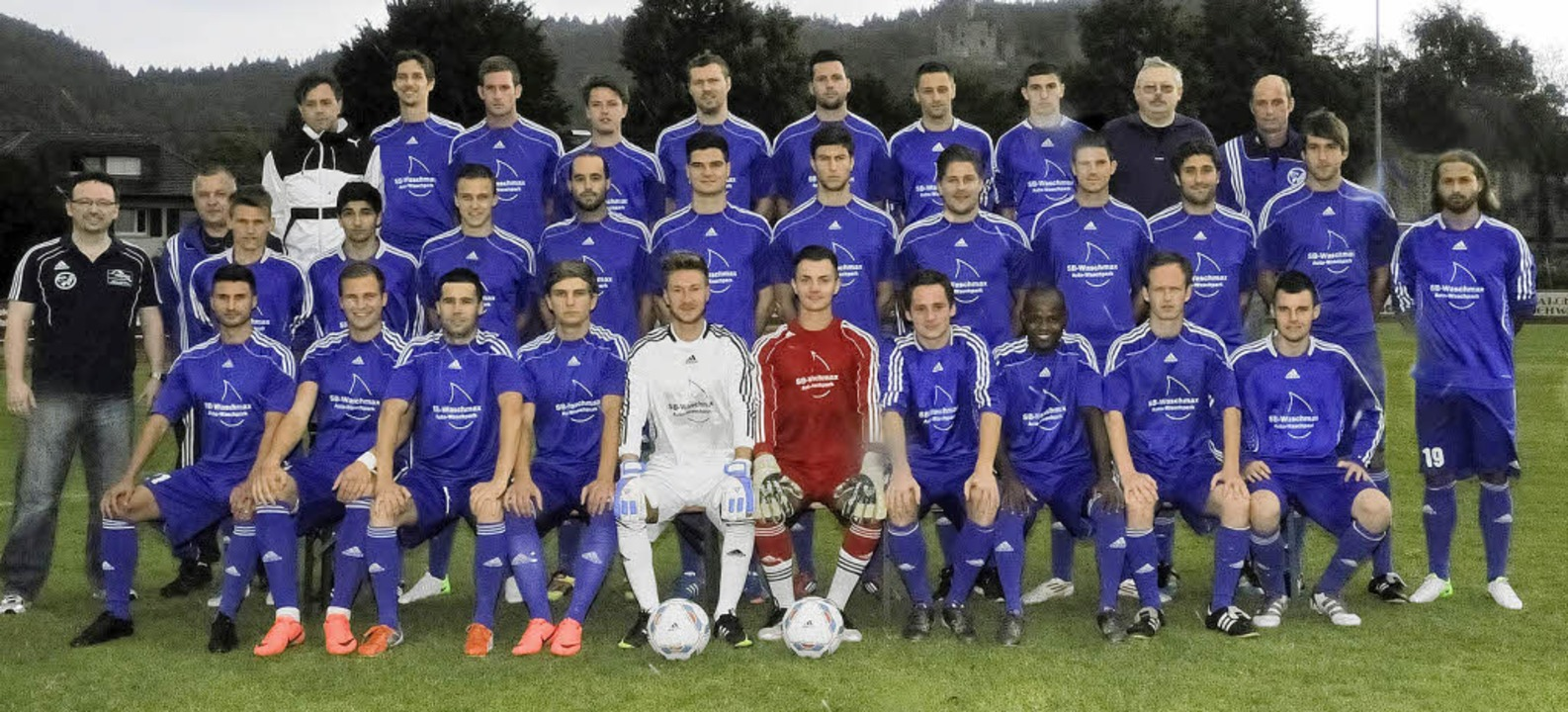 Die neue Mannschaft des SV Waldkirch f...teilung – links) und Betreuern.   | Foto: Verein