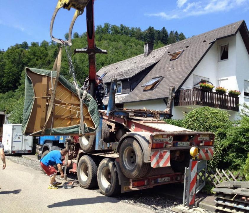 Fingerspitzengefühl: Unbeschadet konnt...ld Reinhard  ins Haus gehievt werden.     Foto: Privat