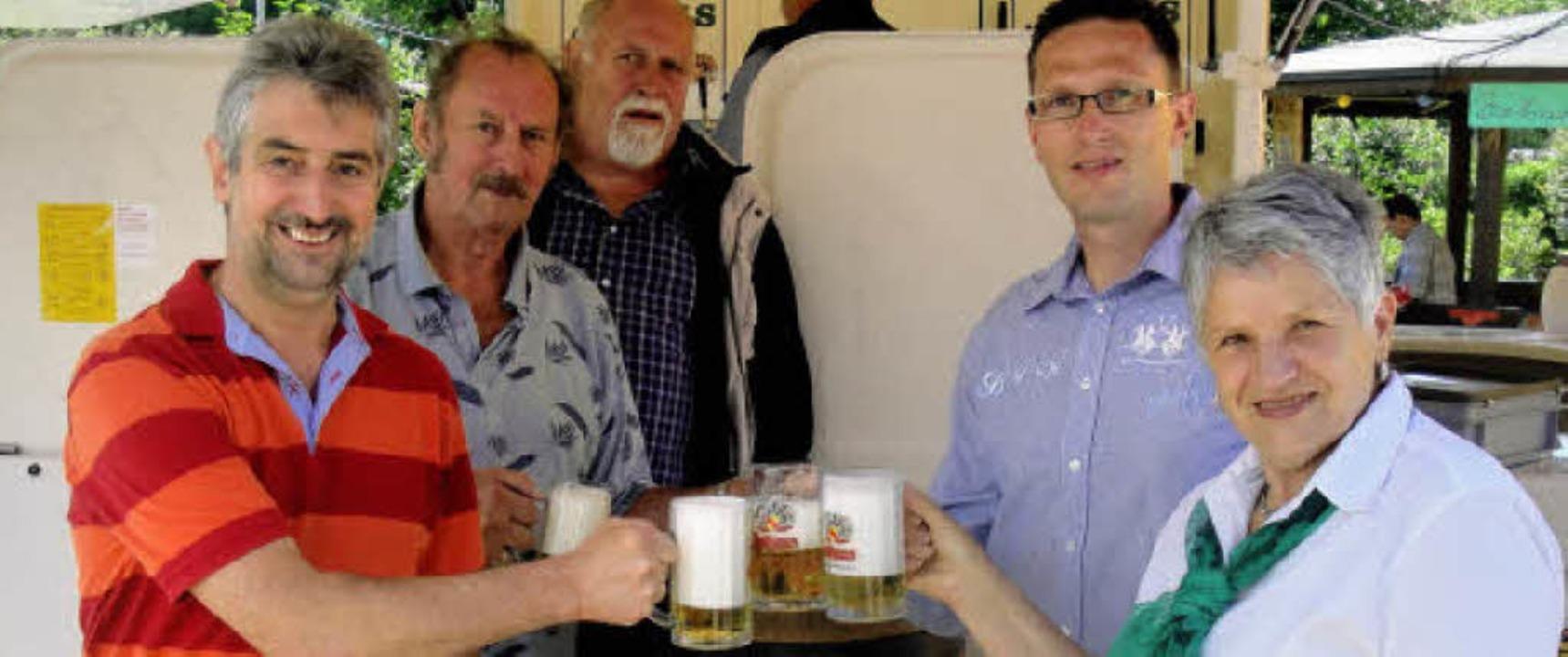 Schirmherr Michael Thater (links), Ehr... der Bierbar auf das Fest im Juch an.     Foto: Hansjörg Bader