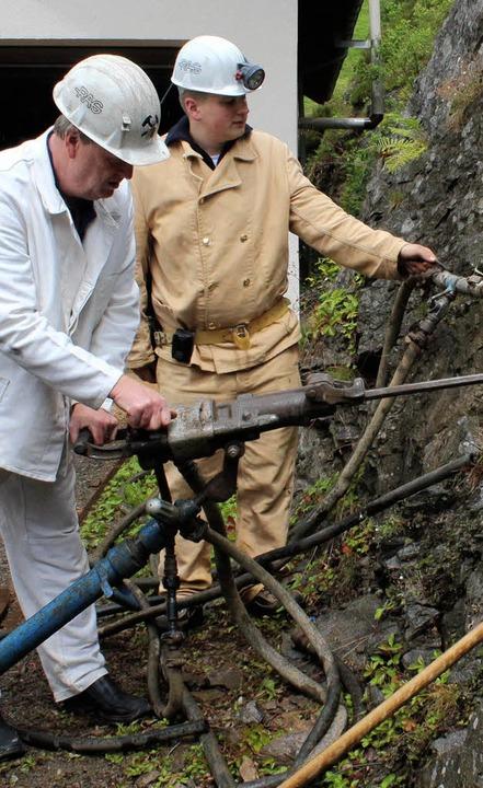 Bernhardt Thoma  führt den Pressluftbohrhammer vor.  | Foto: Anja Bertsch