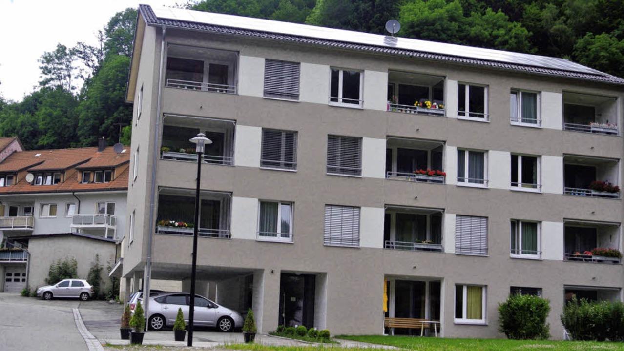 Vor dem barrierefreien Gebäude Schwarz...us mit zehn barrierefreien Wohnungen.   | Foto: Karin Maier