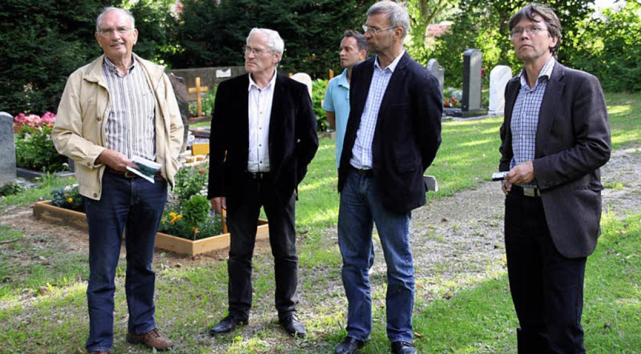 Die Ortschaftsräte Hubert Egle und Ada... links) bei der Friedhofsberichtigung.  | Foto: Andreas Peikert