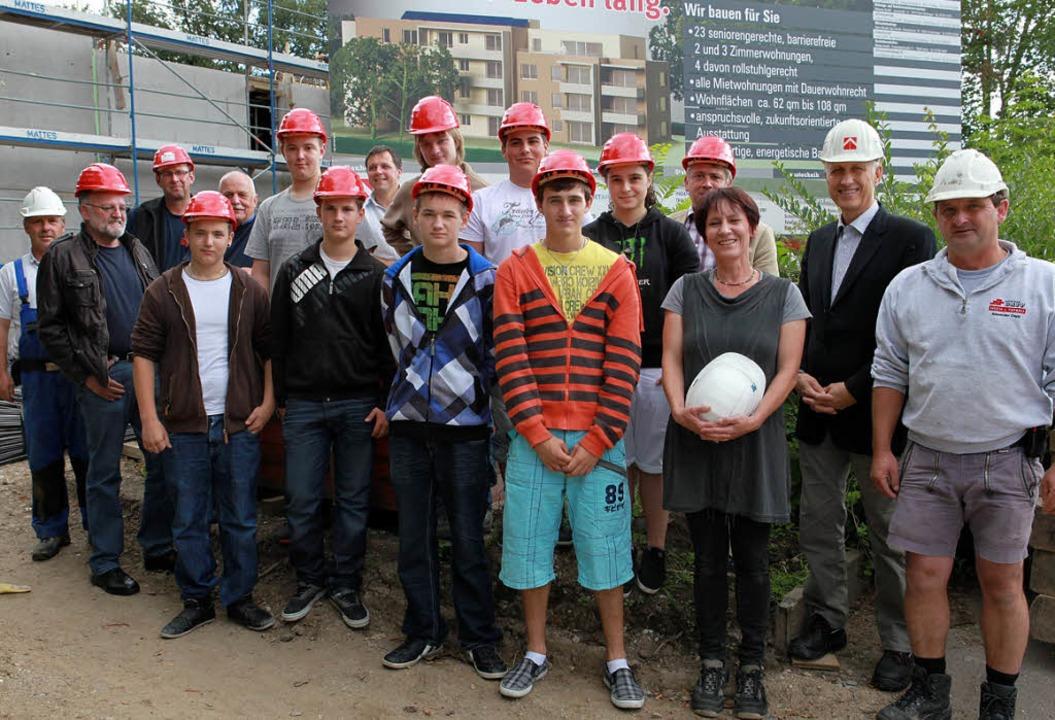 Schüler der Hans-Thoma-Werkrealschule ...owie Rolf Jehle von der Familienheim.     Foto: FrANK LINKE