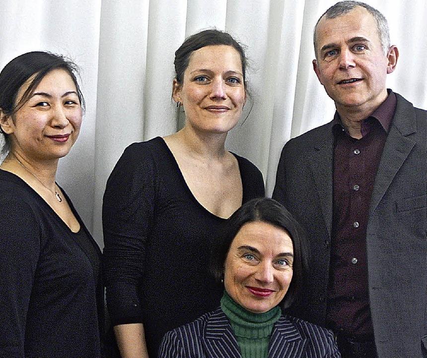 Autorin mit Musikerinnen: Junko Yamamo...d Sprecher  Michael Speer (von links)     Foto: bz