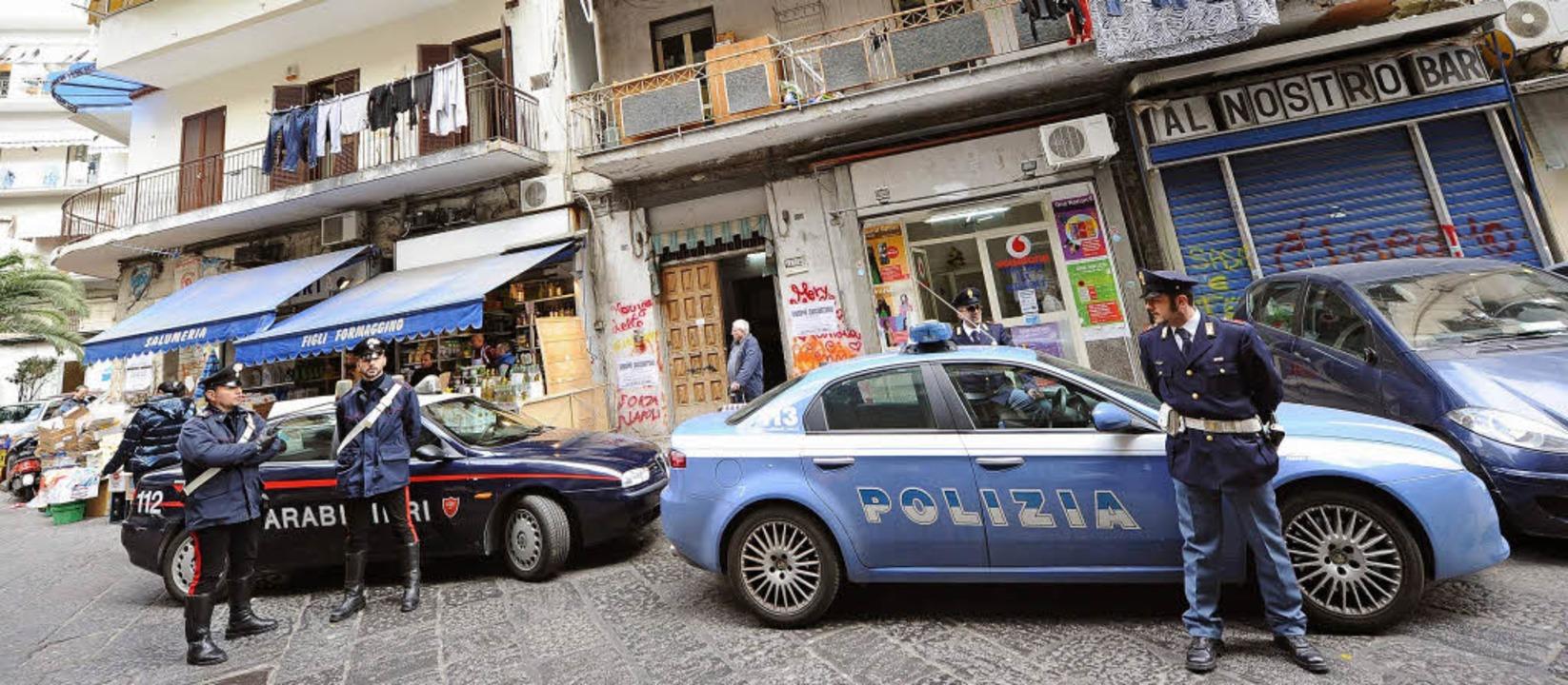 Italienische Polizisten stehen vor dem Haus eines Camorra-Bosses in Neapel.   | Foto: dpa/müller-Meiningen