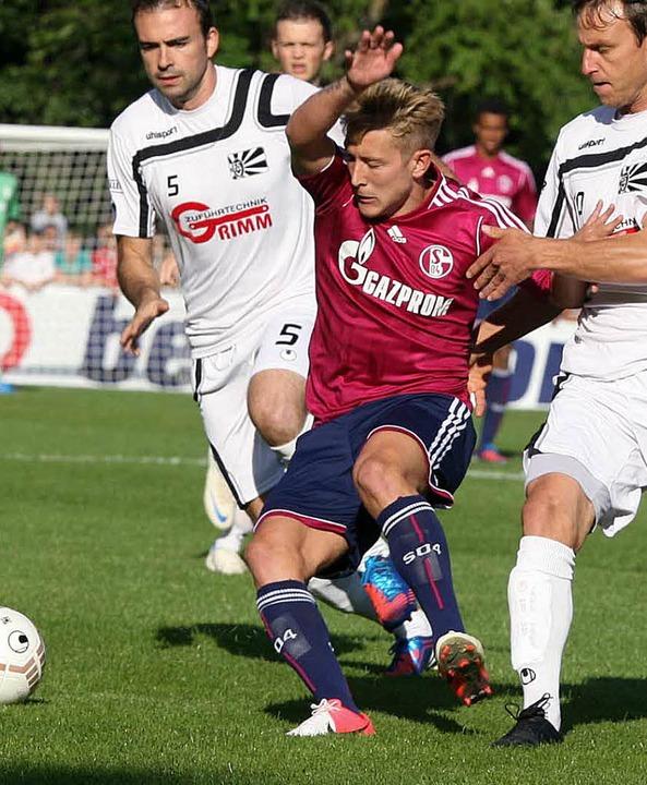 Ständiger Unruheherd: Schalkes Lewis H...kmuß (rechts) und David D' Incau  | Foto: Dieter Reinhardt