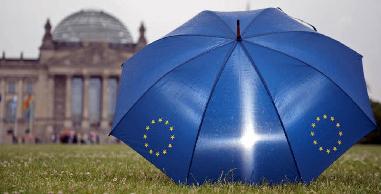 Schirme sind in Europa zurzeit sehr ge...zen, im Süden gegen die Finanzmärkte.   | Foto: dpa