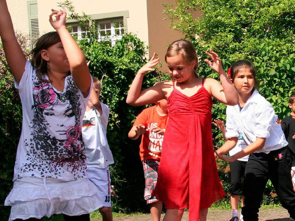 """""""Nossa, Nossa"""": Drittklässler zeigten auf dem Schulhof einen Tanz    Foto: Marlies Jung-Knoblich"""