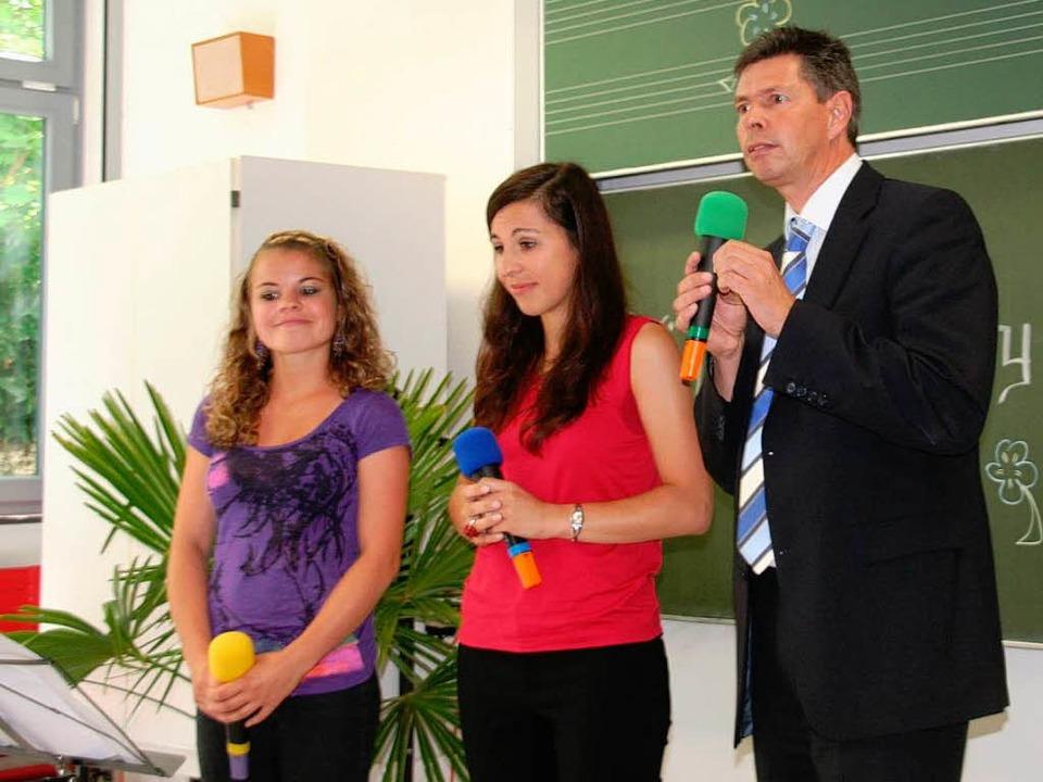 Überraschung: Bürgermeister Nitz hatte...rn Jennifer und Jessica einen Auftritt    Foto: Marlies Jung-Knoblich