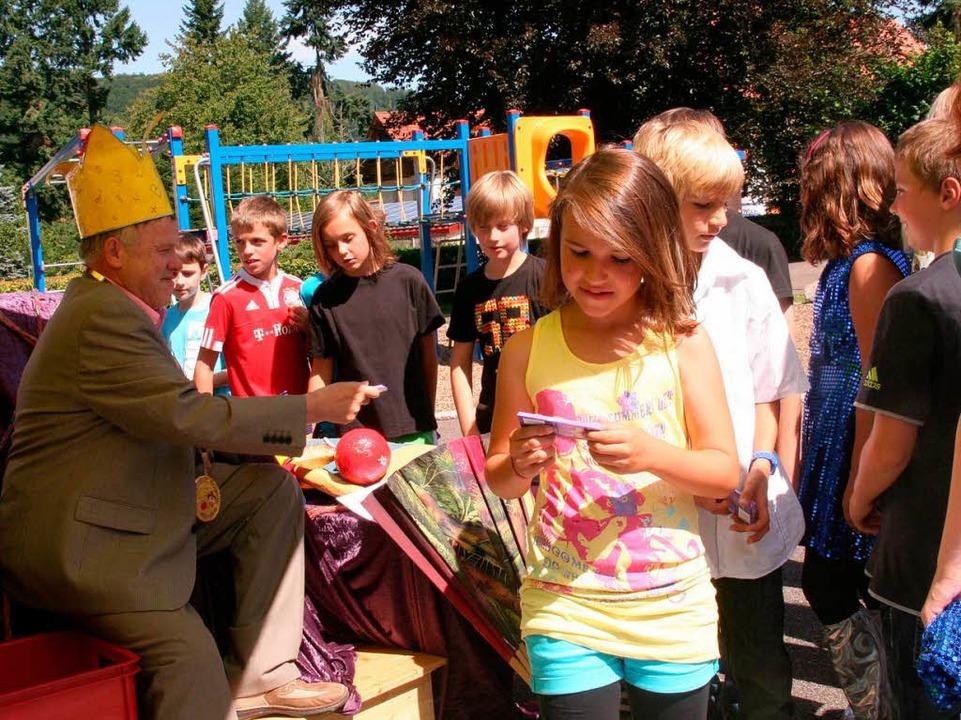 """König"" Fetscher verteilte...kolade an die Schüler und Schülerinnen    Foto: Marlies Jung-Knoblich"