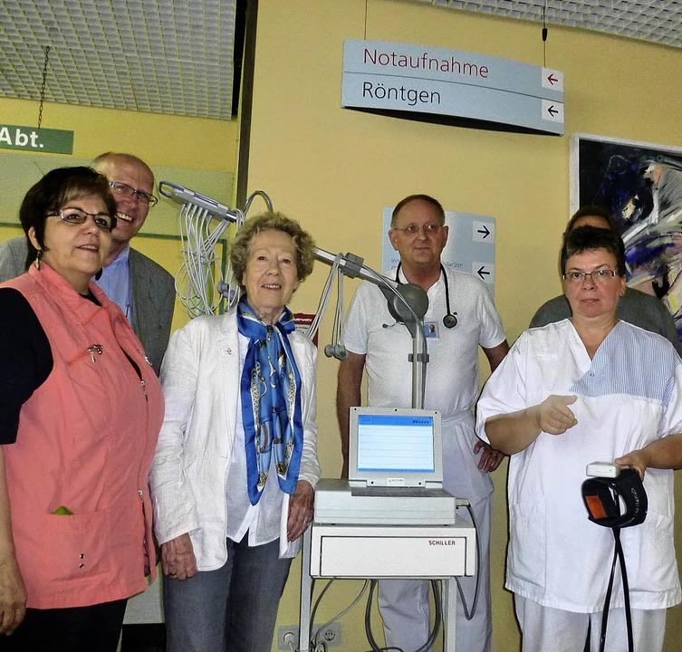 Der Krankenhausförderverein um Vorsitz...und Schwester Barbara Müller (rechts).    Foto: Claudia Gempp