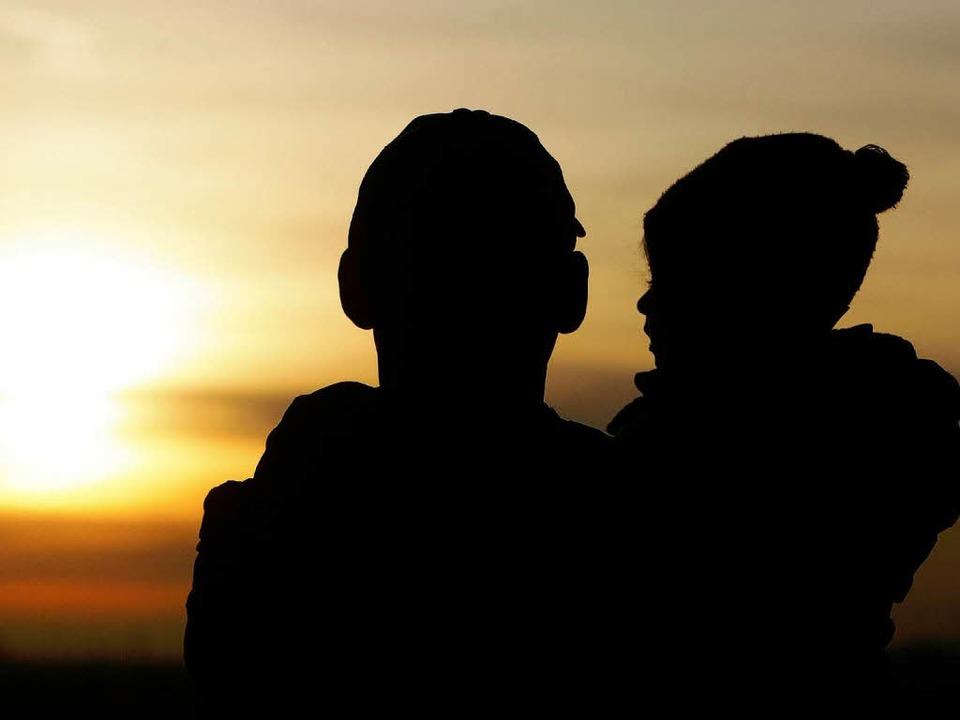 Lassen sich Eltern unterschiedlicher N...den, entbrennt oft ein Kampf ums Kind.  | Foto: dpa
