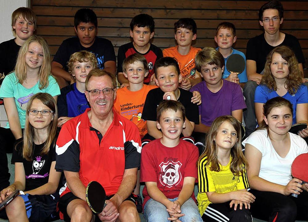 Manfred Kaiser im Kreise des Tischtennis-Nachwuchses.     Foto: Eva Korinth