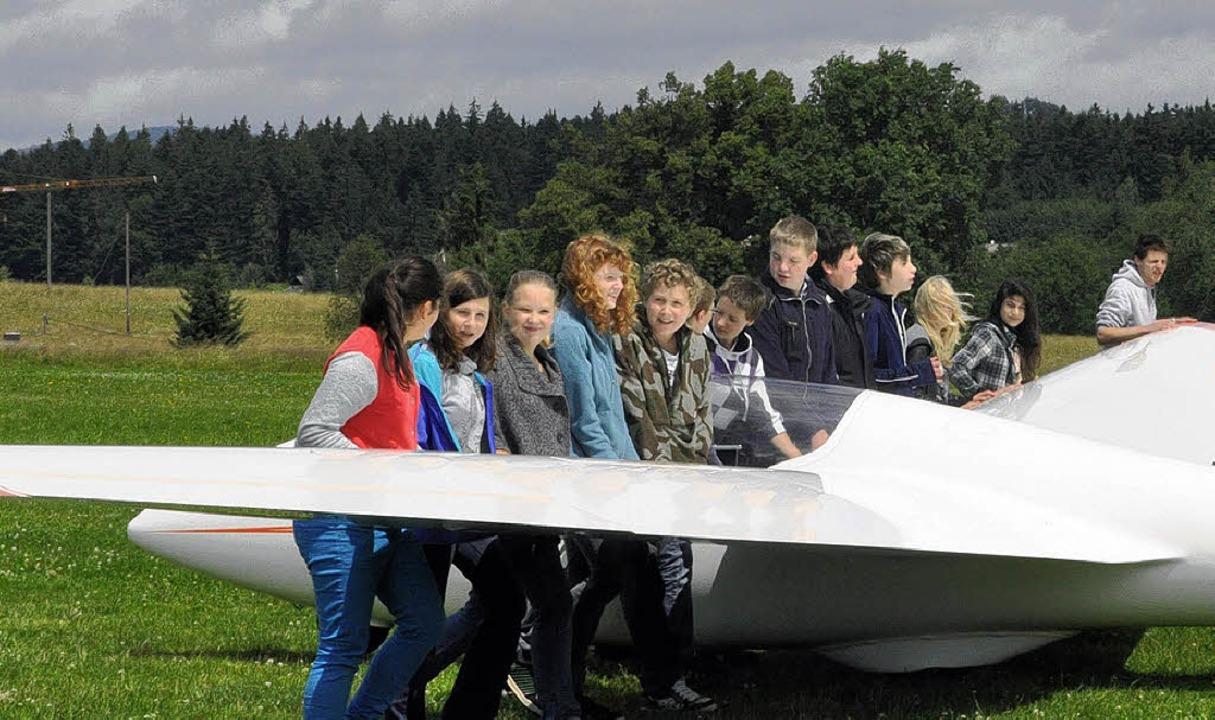 Dass Segelfliegen ein Gemeinschaftsspo...ionieren des Segelflugzeuges am Start.  | Foto: BZ