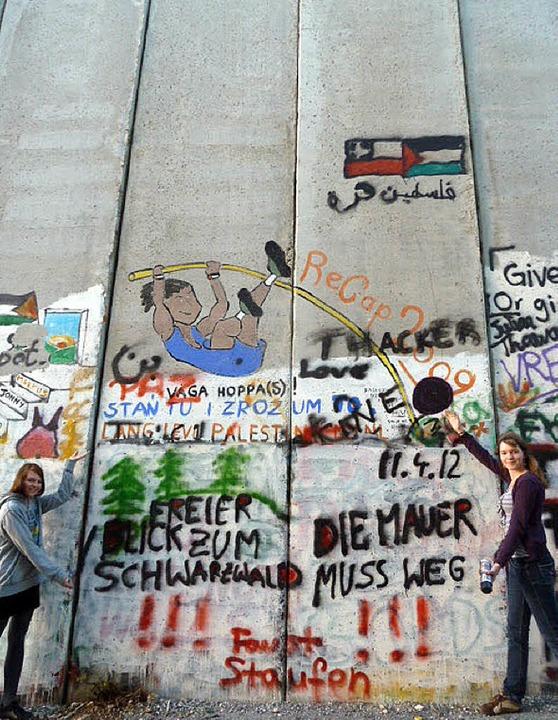 Höher als sie in Berlin war, ist die G...iums verschönerten das Betonhindernis.  | Foto: Privat