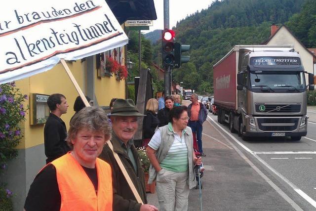 Bürgerinitiative blockiert B31 im Höllental – langer Stau