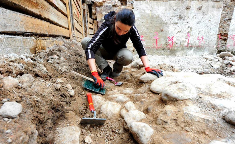 Archäologin Petra Kohler legt das Kopfsteinpflaster aus dem Mittelalter frei.  | Foto: Ingo Schneider