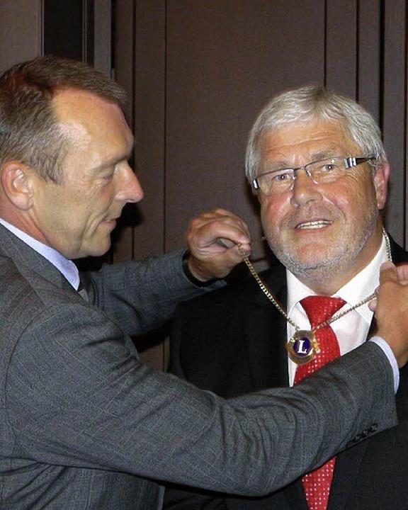 Horst Völlmecke überträgt Franz Harich die Lions-Kette für die Präsidentschaft.   | Foto: Privat