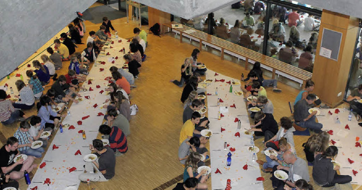 Alle zu Tisch! 700 Esser im Droste-Hülshoff-Gymnasium.   | Foto: heike fries