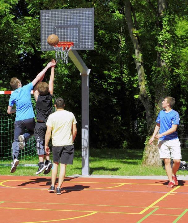 Ab ins Körbchen! Max-Weber-Schüler wei...etball, Volleyball und Badminton ein.   | Foto: ingo schneider
