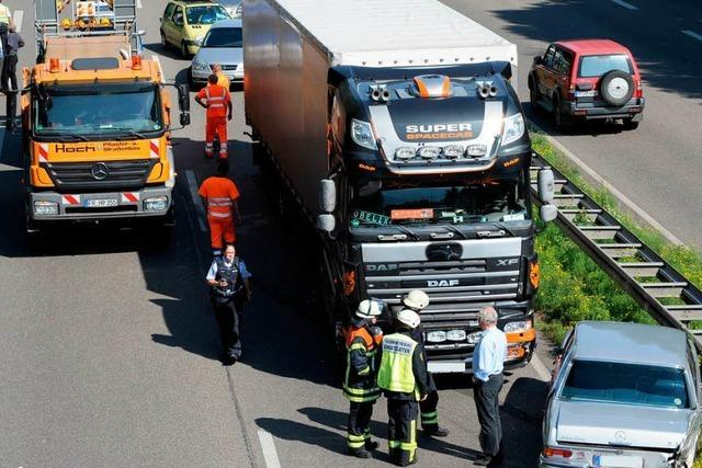 Mercedes kollidiert mit Sattelzug – keine Verletzten