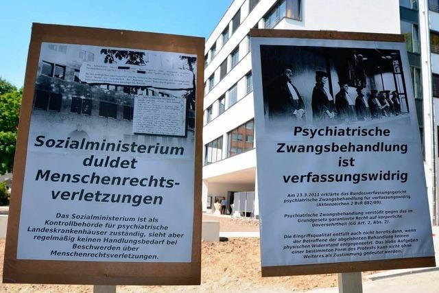 Aktivisten nutzen Ministerbesuch für Protest gegen Zwangsmedikation