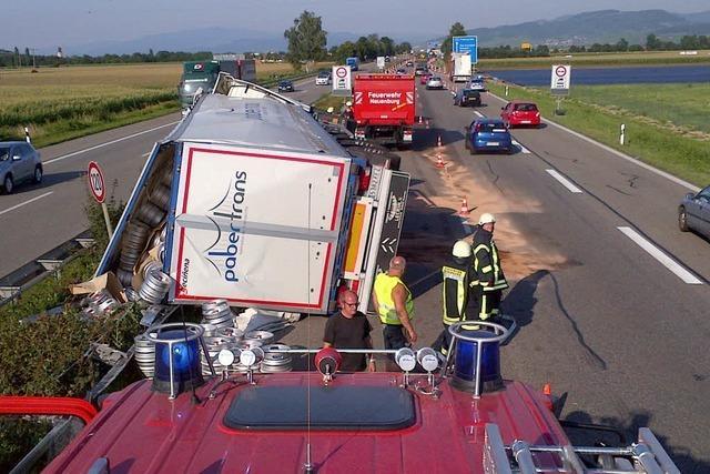 Laster kippt nach Unfall um – langer Stau auf der A5