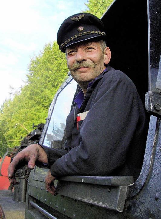 Er sorgt für Dampf im Hochschwarzwald:... Wend kennt sich mit der alten Lok aus  | Foto: J. Reiner