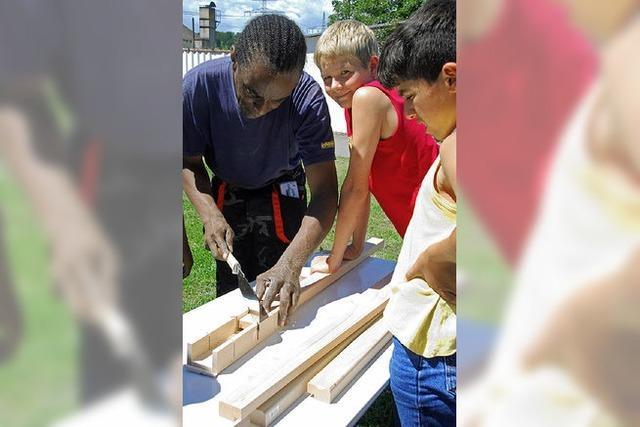 Kinder helfen, ein Spielbrett zu bauen