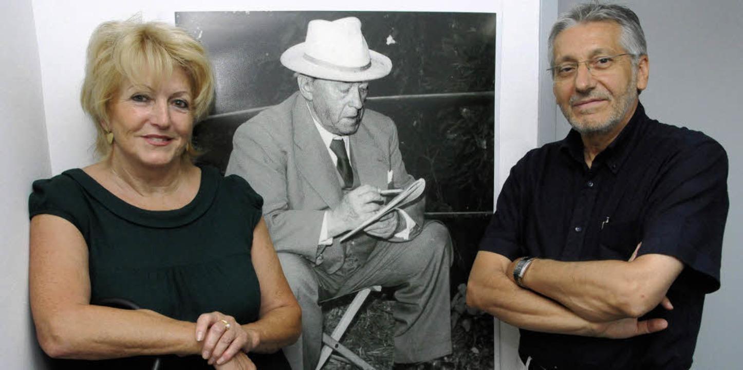 Gisela Strübe und Doktorand  Joris van... vor einem Porträt von  Hermann Burte.  | Foto: Robert Bergmann