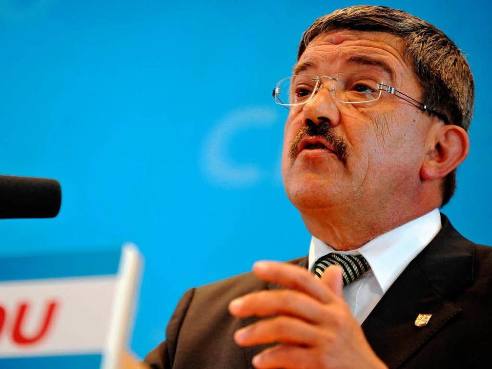 Lorenz Caffier (CDU), Chef der Innenmi...änderungen beim Verfassungsschutz aus.  | Foto: dapd