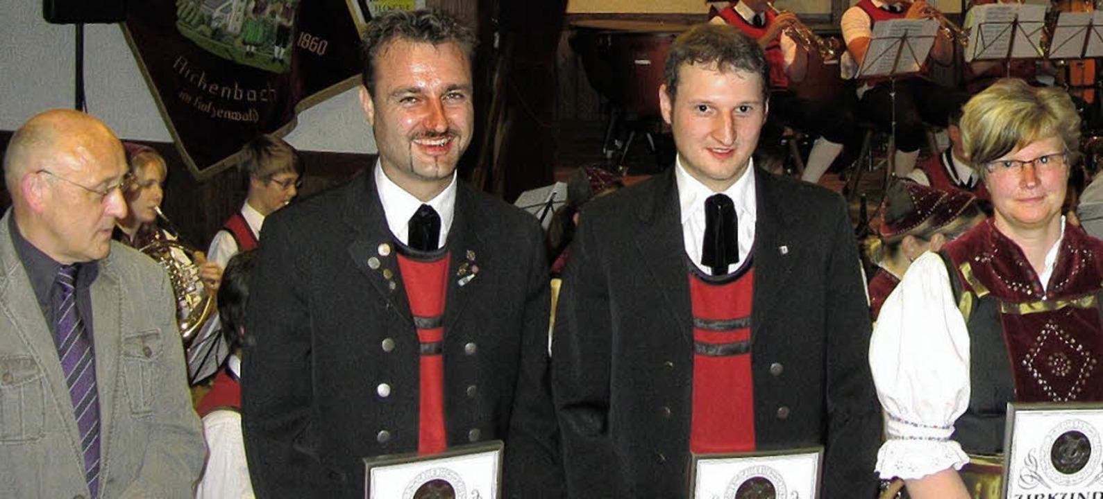 Vom  Bezirksvorsitzenden Edgar Ebner w...-jährige Aktivzeit geehrt (von links).  | Foto: Johannes Wasmer