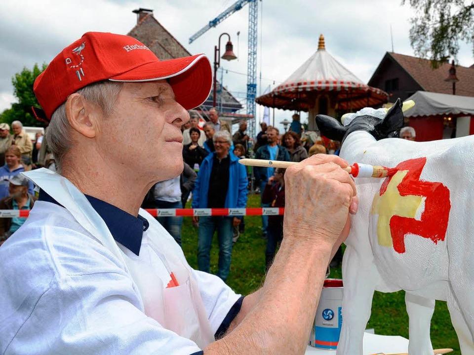 Kurt Gamper vom Schweizerischen Transp...voller Konzentration beim Kuhbemalen.   | Foto: Susanne Filz
