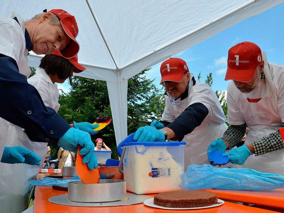 Schweizer Team beim Kampf um die schönsten Schwarzwälder Kirschtorten.   | Foto: Susanne Filz