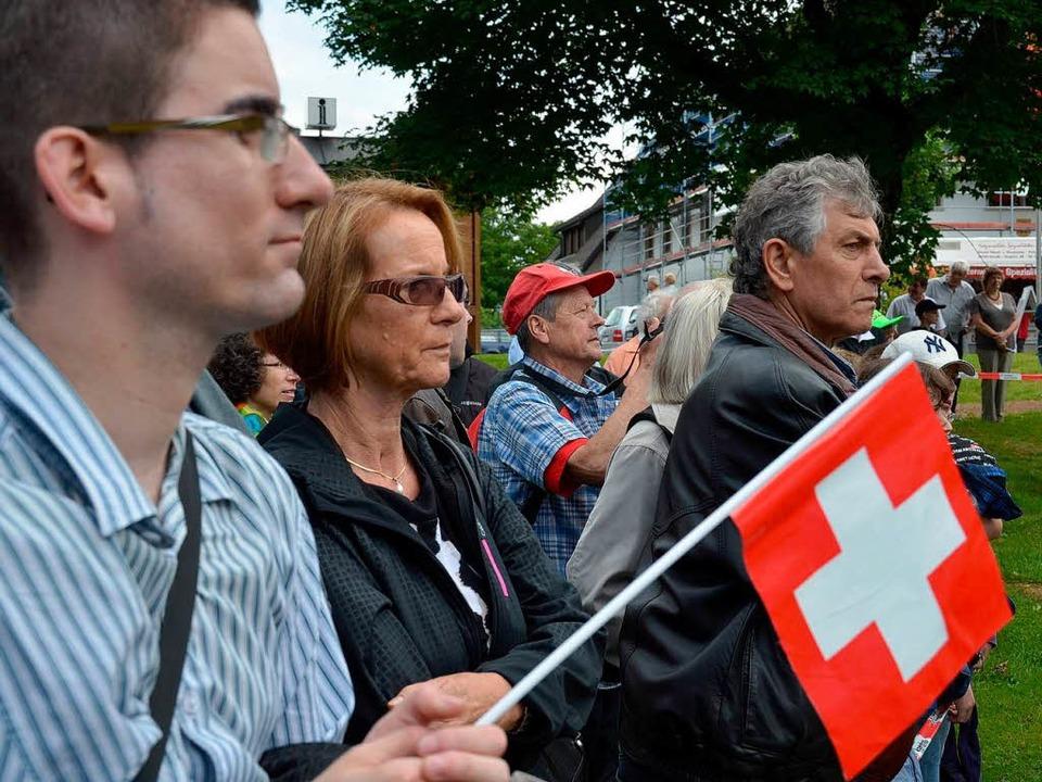 Schweizer Zuschauer verfolgen gespannt die Leistungen ihres Teams.   | Foto: Susanne Filz