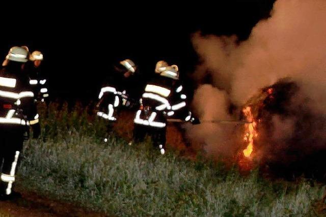 Unbekannter zündet Strohballen an - Feuerwehr im Einsatz