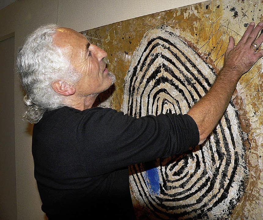 Der Künstler Roland Hölderle bei der Ausstellungseröffnung.     Foto: Frowalt Janzer