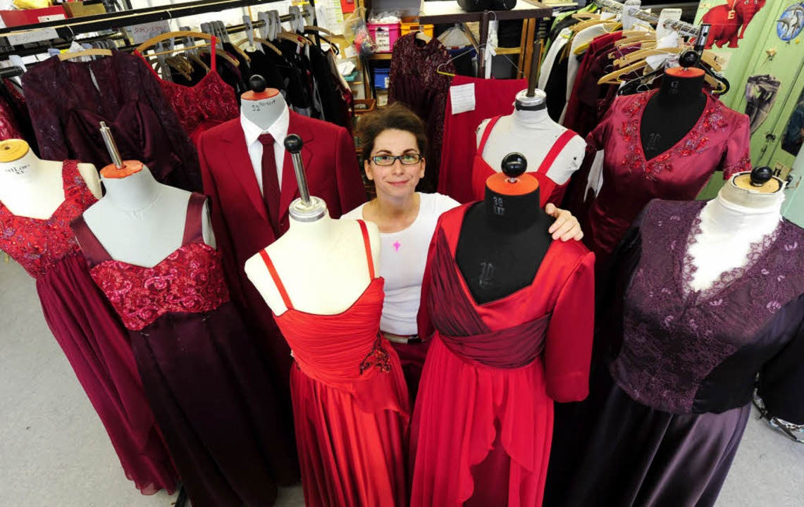 Damengewandmeisterin Christa Wagner zw... extra geschneiderten roten Kleidern.   | Foto: ingo schneider