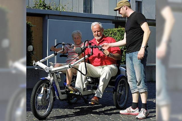 Wie Senioren in Begleitung bequem durchs Städtchen rollen