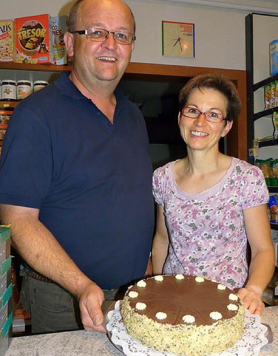 Guten Appetit:  Wolfgang und Renate Uitz mit einer Hanftorte    Foto: Martin Cyris