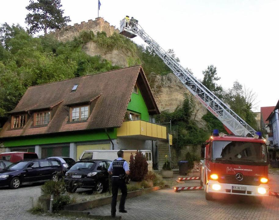 Experten untersuchten von der Drehleit...  Steine vom Eckartsberg herabstürzen.  | Foto: Udo Matteoschat