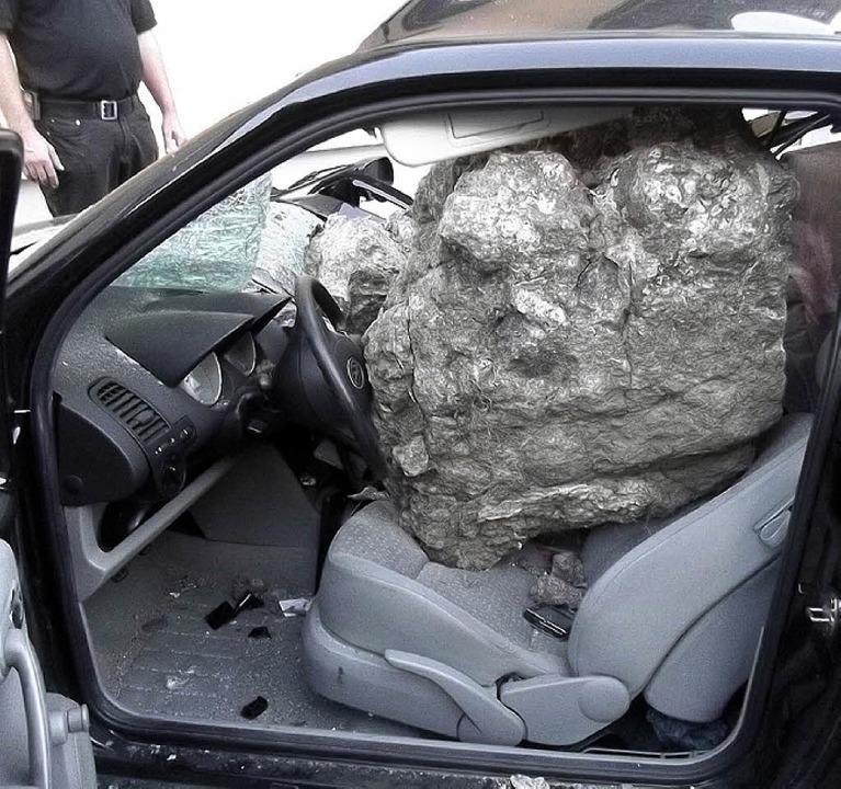 Der Felsbrocken füllte fast den ganzen Innenraum des Autos aus.  | Foto: Polizei