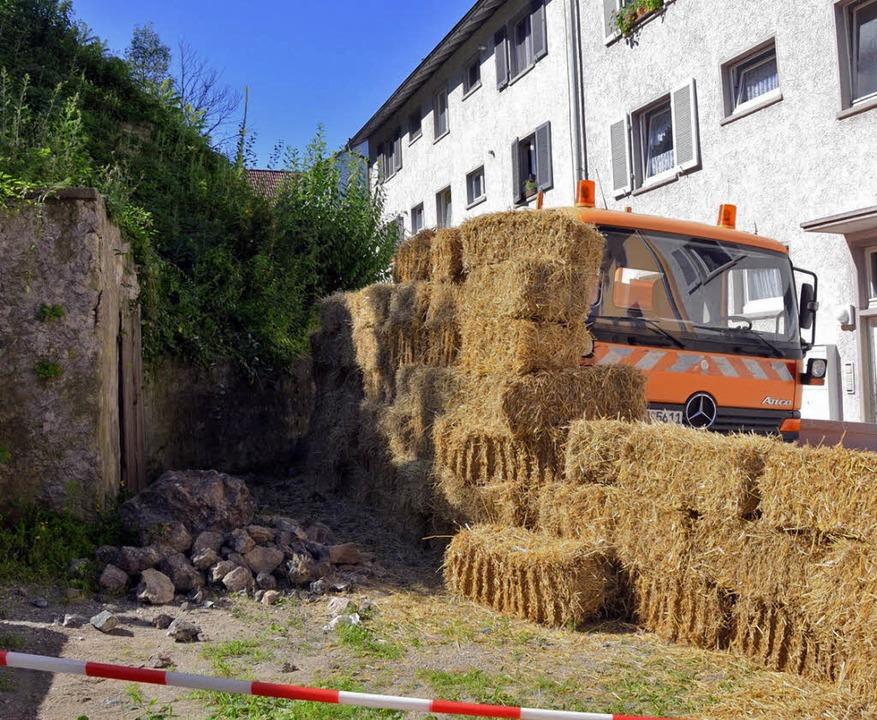 Zum Schutz der Anwohner und der Häuser...Strohballen und Container aufgestellt.  | Foto: Gerold Zink