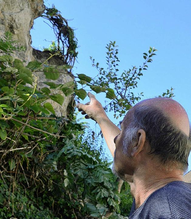 Udo Matteoschat zeigt, wo sich der Felsbrocken gelöst hat.  | Foto: Gerold Zink