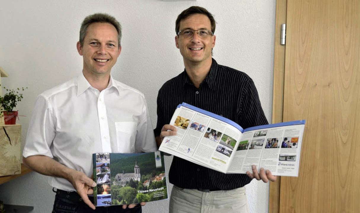 Bürgermeister Armin Hinterseh (links) ... Verlag mit der neuen Info-Broschüre.     Foto: Sebastian Wolfrum