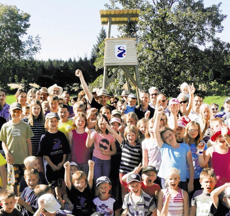 Die Kinder sind sichtlich stolz auf ihren Turm.  | Foto: butschle