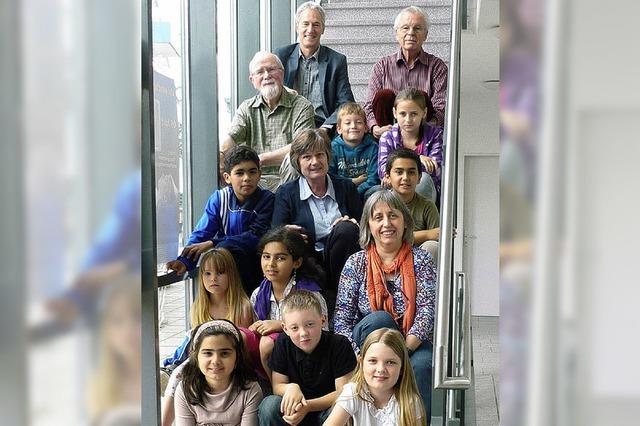 Senioren helfen Kindern beim Lernen