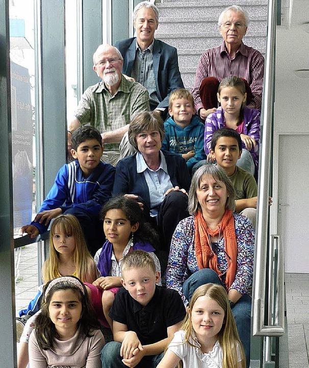 Schulleiter, Kinder und Hausaufgabenhelfer bei der Schlussrunde.   | Foto: Stiftung Kunz