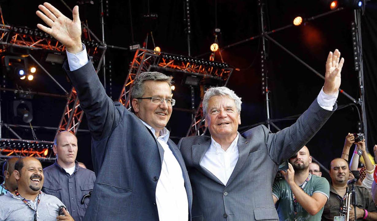 Komorowski,  mit offenem Jackett, und ...h zugeknöpft,  eröffnen das Festival.     Foto: dpa